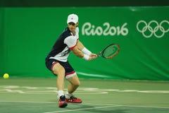 Ο ολυμπιακός πρωτοπόρος Andy Murray της Μεγάλης Βρετανίας στη δράση κατά τη διάρκεια των ατόμων ` s διπλασιάζει την πρώτη στρογγυ στοκ εικόνες