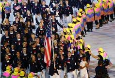 Ο ολυμπιακός πρωτοπόρος Michael Phelps που φέρνει τις Ηνωμένες Πολιτείες σημαιοστολίζει την οδήγηση ολυμπιακής ομάδα ΗΠΑ στη τελε στοκ φωτογραφίες