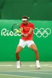Ο ολυμπιακός πρωτοπόρος Rafael Nadal της Ισπανίας στη δράση κατά τη διάρκεια των ατόμων ξεχωρίζει την πρώτη στρογγυλή αντιστοιχία Στοκ Εικόνες