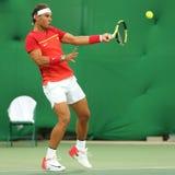 Ο ολυμπιακός πρωτοπόρος Rafael Nadal της Ισπανίας στη δράση κατά τη διάρκεια των ατόμων ` s ξεχωρίζει την πρώτη στρογγυλή αντιστο Στοκ εικόνα με δικαίωμα ελεύθερης χρήσης