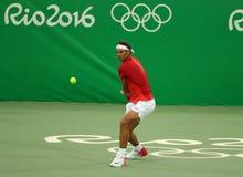 Ο ολυμπιακός πρωτοπόρος Rafael Nadal της Ισπανίας στη δράση κατά τη διάρκεια των ατόμων ` s ξεχωρίζει την πρώτη στρογγυλή αντιστο Στοκ Φωτογραφία