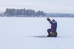 ο πάγος αλιείας ψαριών βρίσκεται ακριβώς παγιδευμένος transbaikalia χειμώνας της Ρωσίας Συνεδρίαση ψαράδων σε μια παγωμένη λίμνη Στοκ Εικόνες