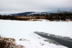 Ο πάγος δέσμευσε τον ποταμό στοκ φωτογραφίες
