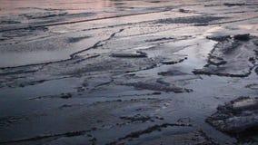 Ο πάγος διαμορφώνεται στον ποταμό το φθινόπωρο, φυσικό υπόβαθρο, ηλιοβασίλεμα, ποταμός Ob, Ρωσία φιλμ μικρού μήκους
