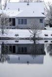 Ο πάγος κάλυψε τη λίμνη - πίσω του σπιτιού reflecter στο πάγωμα του νερού Στοκ Εικόνα