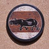 Ο πέτρινος ακτοφύλακας από την Αφρική με ένα hippo χρωμάτισε στην κορυφή στοκ εικόνες με δικαίωμα ελεύθερης χρήσης