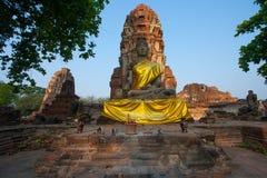 Ο πέτρινος Βούδας μπροστά από την παγόδα Στοκ φωτογραφία με δικαίωμα ελεύθερης χρήσης
