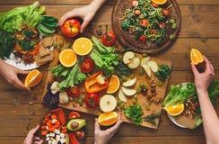 Ο πίνακας γευμάτων, γυναίκες τρώει την υγιή κουζίνα τροφίμων στο σπίτι Στοκ Εικόνα