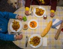 Ο πίνακας γευμάτων, γυναίκες τρώει την υγιή κουζίνα τροφίμων στο σπίτι στοκ εικόνες