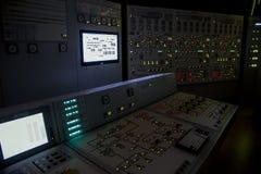 Ο πίνακας ελέγχου κλειδαριών του πυρηνικού σταθμού αναπτύσσει δραστηριότητες σε μια εφεδρική παροχή ηλεκτρικού ρεύματος κατά τη δ στοκ φωτογραφία