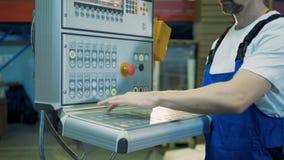 Ο πίνακας ελέγχου παίρνει διοικούμενος από ένα άτομο σε workwear απόθεμα βίντεο