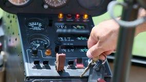 Ο πίνακας ελέγχου του ελικοπτέρου Δείκτες πτήσης στην επιτροπή πιλοτηρίων αεροσκαφών, επίδειξη, εργαλεία συστημάτων ελέγχου αεροπ απόθεμα βίντεο