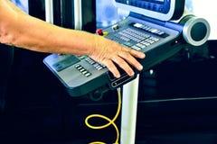Ο πίνακας ελέγχου του προγράμματος εργασίας για το πίνακα ελέγχου του CNC ακρίβειας επεξεργαμένος στη μηχανή κέντρου, η επεξεργασ στοκ εικόνες με δικαίωμα ελεύθερης χρήσης