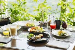 Ο πίνακας εστιατορίων εξυπηρέτησε τα νόστιμα γεύματα στοκ εικόνα με δικαίωμα ελεύθερης χρήσης