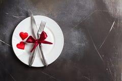 Ο πίνακας ημέρας βαλεντίνων που θέτει το ρομαντικό γεύμα με παντρεύει γάμος με το μαχαίρι δικράνων πιάτων Στοκ Φωτογραφίες