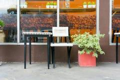 Ο πίνακας και η καρέκλα για την αναμονή ή παίρνουν ένα φλιτζάνι του καφέ έξω από Στοκ Φωτογραφία