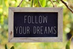 Ο πίνακας κιμωλίας με το κείμενο ακολουθεί τα όνειρά σας Στοκ εικόνα με δικαίωμα ελεύθερης χρήσης