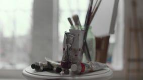 Ο πίνακας με τα χρώματα και οι βούρτσες κλείνουν επάνω απόθεμα βίντεο