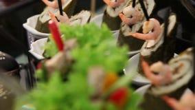 Ο πίνακας συμποσίου με τα κινεζικά τρόφιμα, ρόλοι, ψάρια, sashimi, νέο έτος 2018, παρουσιάζει το σύνολο των τροφίμων, πανόραμα, Χ φιλμ μικρού μήκους