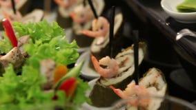Ο πίνακας συμποσίου με τα κινεζικά τρόφιμα, ρόλοι, ψάρια, sashimi, νέο έτος 2018, παρουσιάζει το σύνολο των τροφίμων, πανόραμα, Χ απόθεμα βίντεο