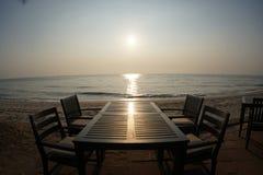 Ο πίνακας του γεύματος στο ηλιοβασίλεμα ή της ανατολής στην παραλία Στοκ εικόνα με δικαίωμα ελεύθερης χρήσης