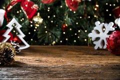 Ο πίνακας Χριστουγέννων που θολώνεται ανάβει το υπόβαθρο, ξύλινο γραφείο στην εστίαση, ξύλινη σανίδα Χριστουγέννων, εγχώριο δωμάτ Στοκ Εικόνες