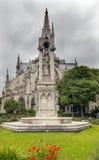Ο πίσω κήπος που πετά στηρίζει το συννεφιάζω καθεδρικό ναό Pari της Notre Dame Στοκ Φωτογραφίες
