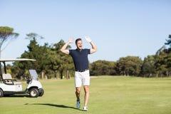 Ο παίκτης γκολφ με τα όπλα αύξησε φωνάζοντας στοκ φωτογραφίες