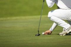 Ο παίκτης γκολφ χαρακτηρίζει τη θέση του σε ένα πράσινο Στοκ εικόνες με δικαίωμα ελεύθερης χρήσης