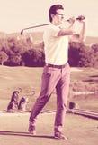 Ο παίκτης γκολφ χτύπησε τη σφαίρα επιτυχώς Στοκ Εικόνα