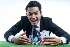 Ο παίκτης πόκερ που παρουσιάζει ένα ζευγάρι των άσσων και της λαβής στοιχημάτισε ένα μεγάλο ST στοκ φωτογραφίες