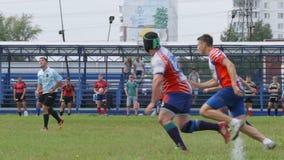Ο παίκτης ράγκμπι κλωτσά μια σφαίρα και μια έναρξη ομάδων σε ένα στάδιο απόθεμα βίντεο