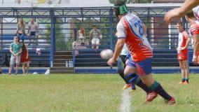 Ο παίκτης ράγκμπι κλωτσά μια σφαίρα και μια έναρξη ομάδων απόθεμα βίντεο