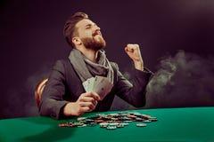 Ο παίκτης Pocker με τις κάρτες κερδίζει το παιχνίδι Στοκ Εικόνα