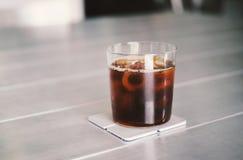 Ο παγωμένος καφές ή το κρύο παρασκευάζει τον καφέ στο ποτήρι στοκ φωτογραφίες με δικαίωμα ελεύθερης χρήσης
