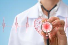 Ο παθολόγος ακούει την καρδιά στοκ φωτογραφίες