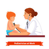 Ο παιδίατρος γιατρών γυναικών εξετάζει ένα παιδί ελεύθερη απεικόνιση δικαιώματος
