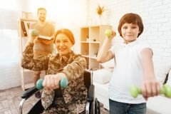 Ο παλαίμαχος γυναικών στην αναπηρική καρέκλα επέστρεψε από το στρατό Η γυναίκα σε μια αναπηρική καρέκλα συμμετέχει στη φυσική αγω Στοκ εικόνες με δικαίωμα ελεύθερης χρήσης