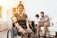 Ο παλαίμαχος γυναικών στην αναπηρική καρέκλα επέστρεψε από το στρατό Μια γυναίκα σε μια αναπηρική καρέκλα χαμογελά Έβαλε τα χέρια Στοκ φωτογραφίες με δικαίωμα ελεύθερης χρήσης