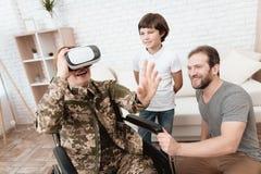 Ο παλαίμαχος γυναικών στην αναπηρική καρέκλα επέστρεψε από το στρατό Μια γυναίκα εξετάζει τα γυαλιά εικονικής πραγματικότητας Στοκ εικόνα με δικαίωμα ελεύθερης χρήσης