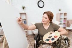 Ο παλαίμαχος γυναικών στην αναπηρική καρέκλα επέστρεψε από το στρατό Μια γυναίκα σε μια αναπηρική καρέκλα επισύρει την προσοχή στ Στοκ Εικόνες