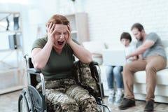 Ο παλαίμαχος γυναικών στην αναπηρική καρέκλα επέστρεψε από το στρατό Μια γυναίκα σε μια αναπηρική καρέκλα είναι στον πόνο Αυτή `  Στοκ Φωτογραφία