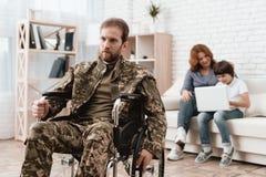 Ο παλαίμαχος στην αναπηρική καρέκλα επέστρεψε από το στρατό Το άτομο σε μια αναπηρική καρέκλα είναι στον πόνο Αυτός ` s στη στρατ Στοκ Εικόνα