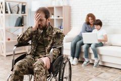 Ο παλαίμαχος στην αναπηρική καρέκλα επέστρεψε από το στρατό Το άτομο σε μια αναπηρική καρέκλα είναι στον πόνο Αυτός ` s στη στρατ Στοκ φωτογραφία με δικαίωμα ελεύθερης χρήσης