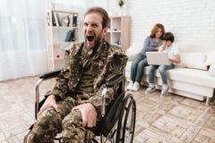 Ο παλαίμαχος στην αναπηρική καρέκλα επέστρεψε από το στρατό Το άτομο σε μια αναπηρική καρέκλα είναι στον πόνο Αυτός ` s στη στρατ Στοκ Εικόνες