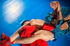 Ο παλαιστής ατόμων κάνει την πάλη υποβολής στοκ φωτογραφία