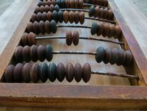 Ο παλαιός άβακας, με τη βοήθεια του οποίου παρήγαγε όλους τους μαθηματικούς υπολογισμούς στο μέσο του τελευταίου αιώνα στοκ εικόνες με δικαίωμα ελεύθερης χρήσης