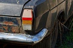 Ο παλαιός βρώμικος κόκκινος αναδρομικός Μαύρος φαναριών αυτοκινήτων στη σκουριά Στοκ Εικόνα