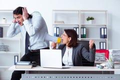 Ο παλαιός κύριος και νέος άνδρας υπάλληλος θηλυκών στο γραφείο στοκ φωτογραφίες με δικαίωμα ελεύθερης χρήσης
