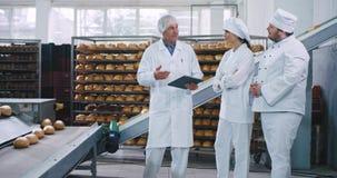 Ο παλαιός μηχανικός ατόμων έχει μια συνομιλία με δύο αρτοποιούς σε μια βιομηχανία αρτοποιείων που εξήγησε τις σημειώσεις για τον  απόθεμα βίντεο